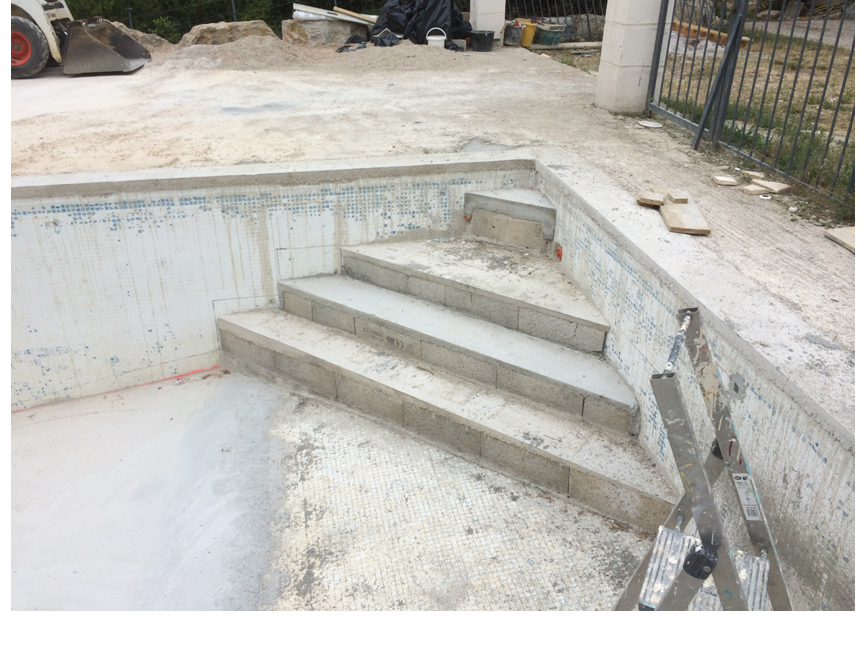 Escalier piscine beton marinal traditional swimming pools for Construire une escalier