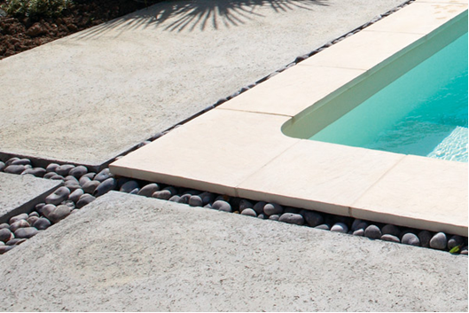 Agencement piscine bleu renov r novation de psicine h rault for Rigole d evacuation d eau